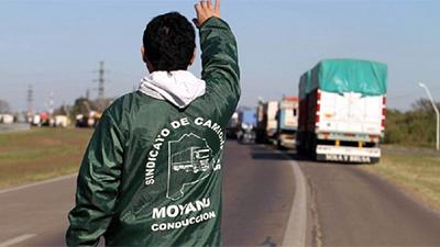 Los Moyano exigen reapertura de paritarias para Camioneros